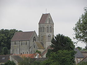 Le village et l'église Saint-Julien de Courville.