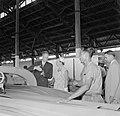 De koningin bezoekt de Bruynzeelfabriek in Beekhuizen, Bestanddeelnr 252-4567.jpg
