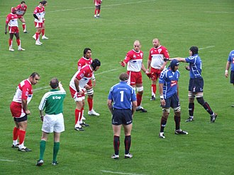 2006–07 Heineken Cup - Referee Donal Courtney settling the players in Biarritz before play continues.