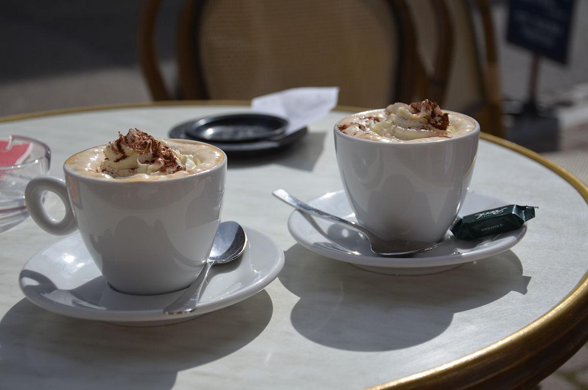 Deux cafés viennois servis en terrasse.jpg