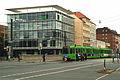 Ebenerdige Stadtbahn-Haltestelle Clevertor auf der Goethebrücke, Blick vom Leibnizufer zum Leine-Haus Goethestraße 18 20.jpg