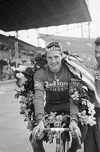 Einde Ronde van Nederland in het Olympisch Stadion te Amsterdam, Bestanddeelnr 911-2629.jpg