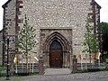 Eingangsportal der Neustadtkirche St. Johannes Baptist in Warburg.jpg