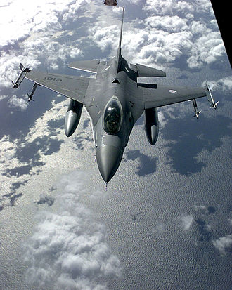 201 Squadron (Portugal) - A PoAF F-16 armed with four Sidewinder air-to-air missiles and equipped with an AN/ALQ-131 ECM pod, prepares to refuel from a USAF KC-10 while conducting a CAP, during Operation Allied Force, March 1999.
