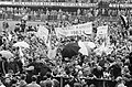 Feyenoord kampioen. Supporters op de Coolsingel. Feyenoordspers (in het midden R, Bestanddeelnr 913-9173.jpg