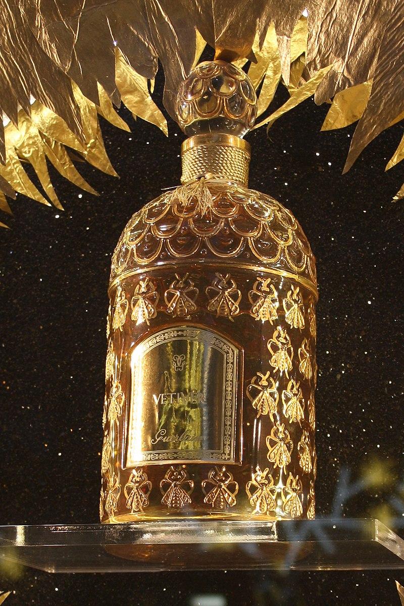 オー・デ・コロン・イムペリアルと「ゴールデンビーボトル」。栓の形状・装飾は1924年に変更があり献上当時の意匠と異なる