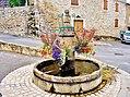 Fontaine fleurie, au centre du village.jpg