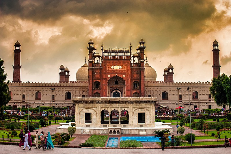 Front gate of badshahi mosque.jpg