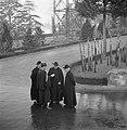 Geestelijken en een agent in de tuin van het Vaticaan, Bestanddeelnr 191-1287.jpg
