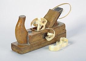 Un rabot avec des copeaux de bois. (définition réelle 4787×3419)