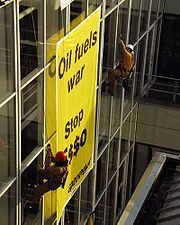Action de Greenpeace contre Esso.