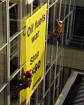 f128f4b7ba Acción de Greenpeace contra la multinacional petrolera Esso