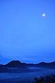 Gunung Bromo dan Bulan.jpg