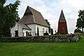 Härlövs kyrka och klockstapel.jpg