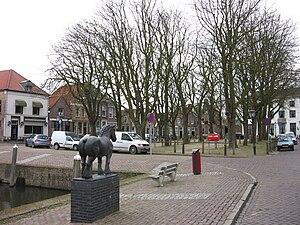 Heenvliet - Markt met beeld van paard op voorgrond