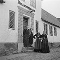 Het gezin Dirchsen voor de voordeur van hun boerderij met rechts de dochters in , Bestanddeelnr 252-8778.jpg