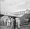 Het koninklijk paar neemt afscheid op vliegveld Zanderij. Links gouverneur Klaas, Bestanddeelnr 252-4852.jpg