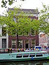 foto van Hoekpand Gouwe met lijstgevel van vier vensterassen onder rijk gesneden lijst (Lod.XIV) met consoles