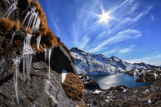 Ice & sun on Gosaikunda lake