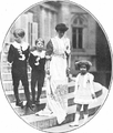 Isabel de Bélgica e hijos.png