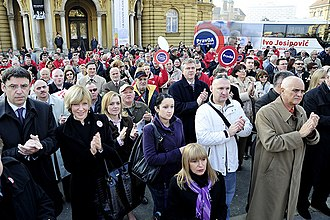 Croatian presidential election, 2009–10 - A crowd listening to Ivo Josipović speak as he begins his campaign with a rally in Marshal Tito square in Zagreb