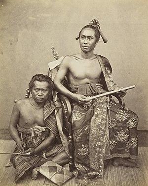 KITLV 408106 - Isidore van Kinsbergen - Goesti Ngoera Ketoet Djilantik, raja of Boeleleng and writer Wajan Toeboek with lontar in hand - 1865-1866.jpg
