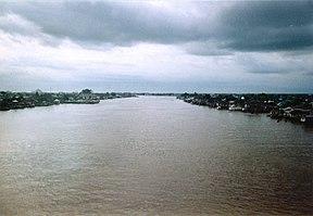 Sungai Kapuas dilihat dari Jembatan Sungai Kapuas, Sintang