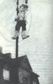 Karykatura Hitlera na latarni. Warszawa, ul. Promyka. 1944.png