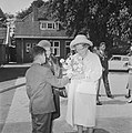 Koningin Juliana bezocht Rekkense Inrichting Hare Majesteit krijgt theemuts aang, Bestanddeelnr 934-6453.jpg