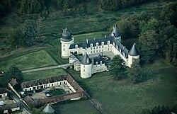 Le Gué-Péan castle, aerial view.jpg