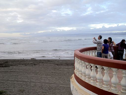 People photographing and looking at the sea, in the Agustín Ross Balcony. Image: Diego Grez.