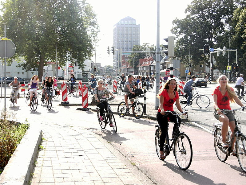 File:Maastricht 2012 Fietsers op kruising A2 en Scharnerweg.JPG