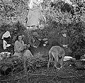 Mannen en vrouwen zittend om het kampvuur, Bestanddeelnr 191-0824.jpg