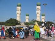 École célébrant Mardi Gras à Dakar; à l'arrière-plan, la mosquée Seydou Nourou Tall