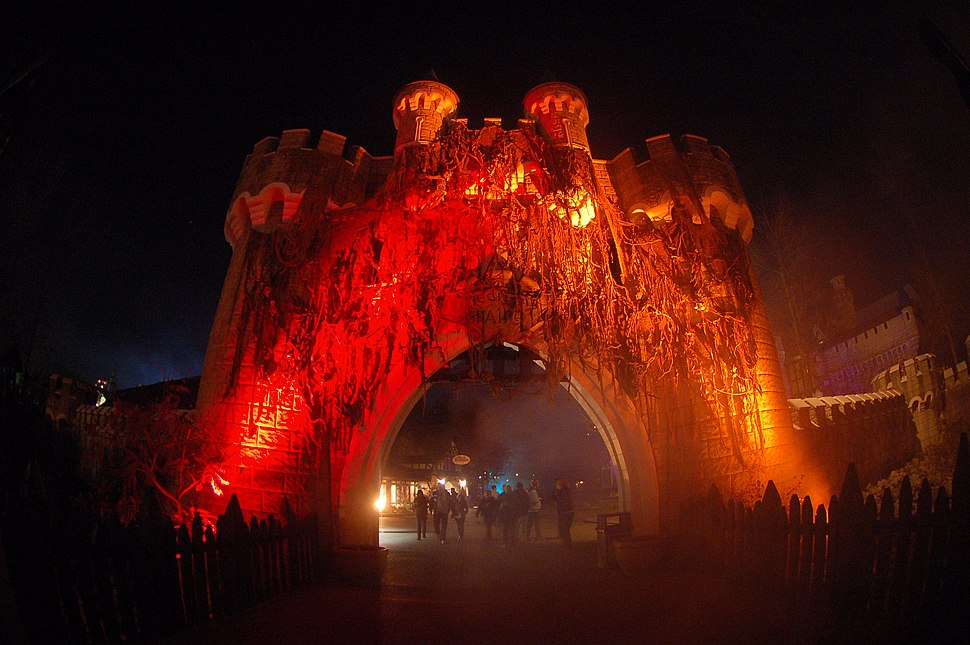 Medival Fair Gate during Halloween Haunt 2009 - panoramio