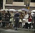 Mensen wachten in de regen op de stoet, Bestanddeelnr 254-7047.jpg
