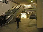 Overstappen naar de andere lijn op metrostation Beurs