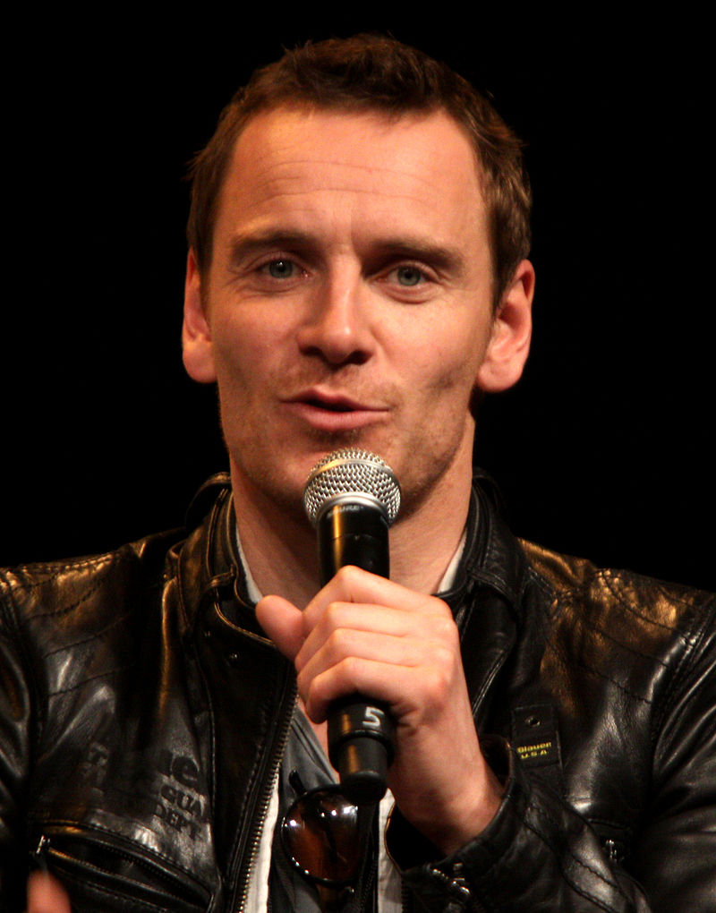 https://upload.wikimedia.org/wikipedia/commons/thumb/b/b3/Michael_Fassbender_by_Gage_Skidmore.jpg/800px-Michael_Fassbender_by_Gage_Skidmore.jpg