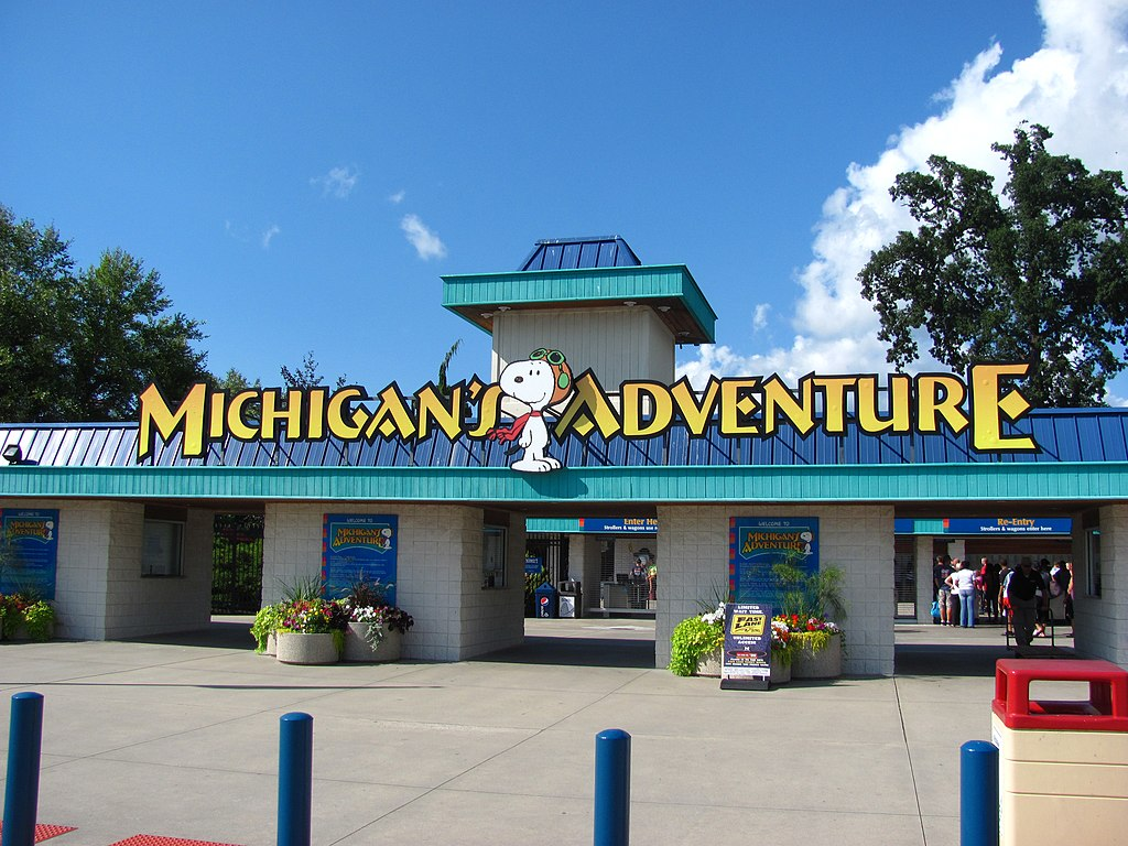 File Michigans Adventure Entrance Jpg Wikimedia Commons