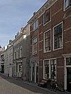 foto van Dwarshuis met geverfde gevel en gootlijst op klossen