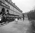 Militairen van de koninklijke lijfwacht in de kazerne bezig met de voorbereiding, Bestanddeelnr 252-8712.jpg
