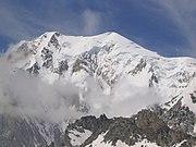 Il Monte Bianco (4.810 m, a destra) e il Monte Bianco di Courmayeur (4.748 m, a sinistra) visti da Punta Helbronner. Sulla cima tondeggiante, in certe giornate estive, si ritrovano centinaia di alpinisti.
