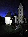 Moosburg Tigring Karner und Pfarrkirche Nachtaufnahme 23082009 96.jpg