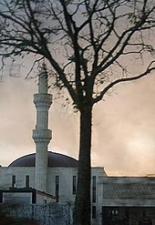 Bâtiment aux murs blancs, le minaret cylindrique présente trois segments