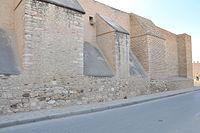Mur et contreforts du côté est de la Grande Mosquée de Kairouan.jpg