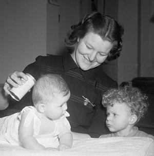 Nel van Vliet - Nel van Vliet with her children in 1952