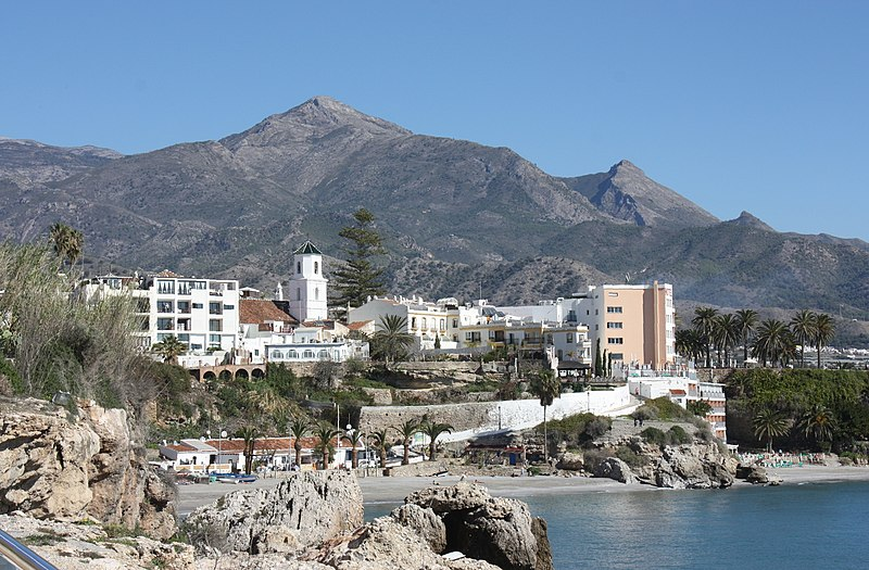 "File:Nerja, view to the beach ""Playa El Salón"" and to the Church of El Salvador.jpg"