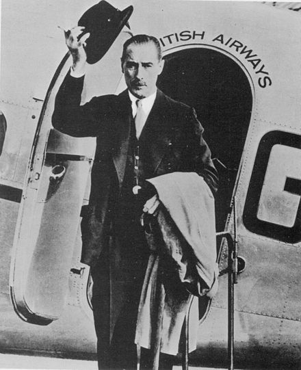 Nevile Henderson leaves for Berlin, Croydon Airport, August 1939 Nevile Henderson parte per Berlino.jpg