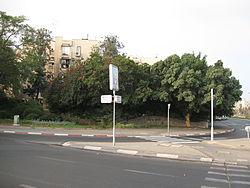 פינת הרחובות בן צבי וגרינבוים, ושלט הנצחה לאברהם עופר