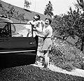 Olga en Max knuffelen de Airedale Terrier, Bestanddeelnr 254-3405.jpg